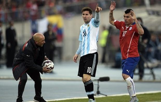Sampaoli khi cùng Chile đánh bại Argentina tại Chung kết Copa America đã tỏ ra ngưỡng mộ Messi.