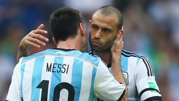 Còn Messi đang chơi canh bạc mạo hiểm cùng Mascherano và Otamendi.