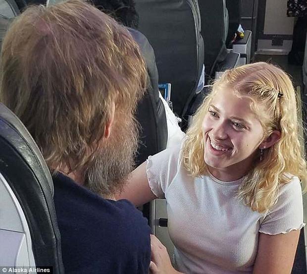 """""""Thiên thần"""" trẻ tuổi sẵn lòng người đàn ông khuyết tật. Ảnh:Alaska Airline"""