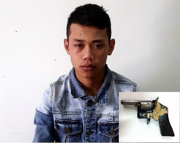 Dũng tại cơ quan điều tra và khẩu súng tang vật. Ảnh: Pháp luật TP.HCM.
