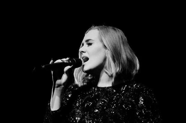 Adele đang có một thời gian nghỉ ngơi dài hạn từ sau album 25 quá thành công. Đồng thời cô cũng cần thời gian để điều trị dây thanh quản vốn bị tổn thương khá nặng lúc đi tour hồi 2017.