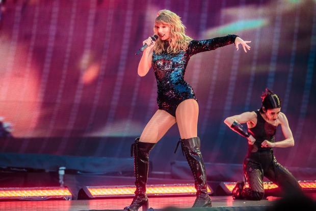 """Trong lúc đó nữ ca sĩ sinh năm 1989 đang tung hoành ngang dọc, """"càn quét"""" khắp các sân vận động khổng lồ với """"siêu tour"""" của mình!"""