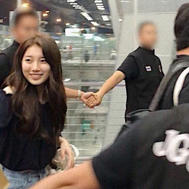 Suzy được bảo vệ trong vòng vây của vệ sĩ.