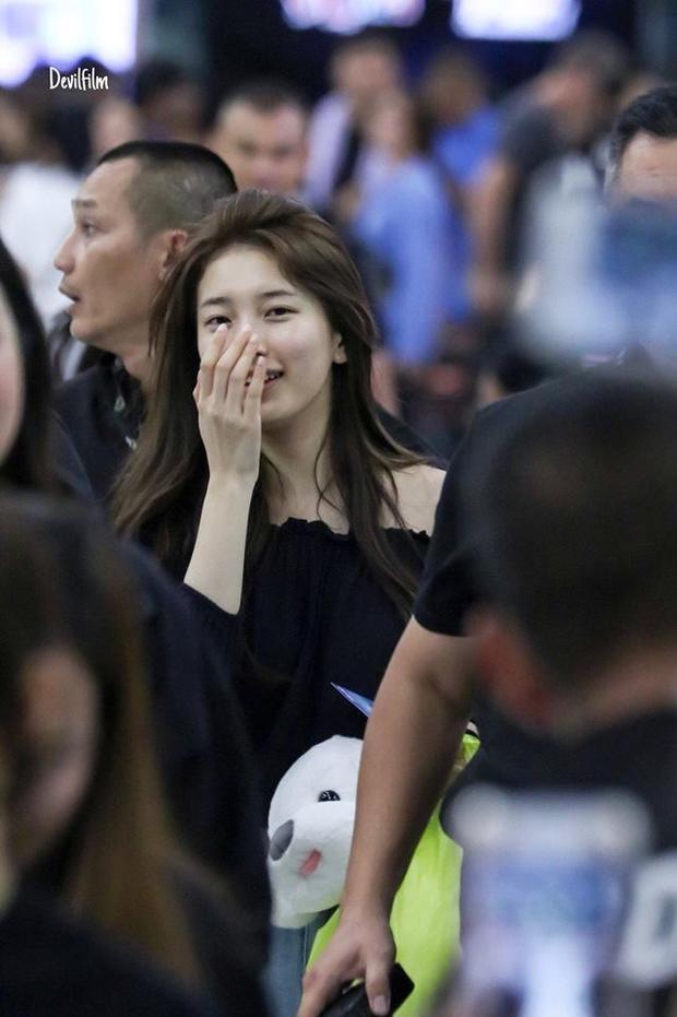 """Suzy """"khoe"""" mặt mộc không tỳ vết tại sân bay."""