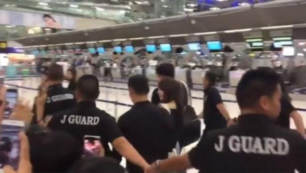 Mấy ai đẳng cấp như Suzy, được vệ sĩ vây thành vòng tròn che chắn ở sân bay
