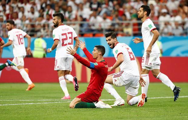 Ronaldo ngã trong vòng cấm và trọng tài xem lại VAR để cho Bồ Đào Nha hưởng phạt đền ở phút 52. Ảnh: FIFA