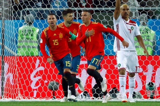Trong khi đó, trọng tài VAR đã phán xử số phận trận đấu giữa Tây Ban Nha vàMorocco. Tỷ số đang 2-1 cho đại diện châu Phi và Iago Aspas ghi bàn thắng gỡ hòa 2-2 cho Tây Ban Nha. Thế nhưng, trọng tài từ chối vì cho rằng việt vị, nhưng thảm khảo VAR đã công nhận.Ảnh: Reuters