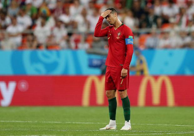 Thế nhưng, Ronaldo đã đá hỏng phạt đền khiến Bồ Đào Nha không thể có bàn thắng hai trong sự thất vọng của CĐV Bồ Đào Nha.Ảnh:Reuters