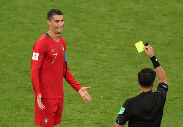 Thêm một lần công nghệ VAR lên tiếng khi Ronaldo đánh nguội đối thủ. Anh bị nhận thẻ vàng sau khi trọng tài xem lại tình huống quay chậm. Lẽ ra, Ronaldo phải nhận thẻ đỏ. Ảnh: Reuters