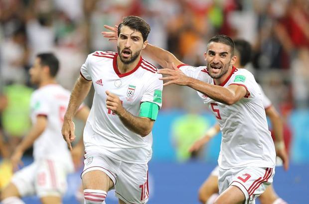 Trung vệ Pepe để bóng chạm tay sau cú đánh đầu của cầu thủ Iran. Trọng tài phải coi VAR để ra quyết định cuối cùng. Sau đó, Iran được hưởng phạt đền ở phút 90+2 và có bàn gỡ 1-1. Ảnh: FIFA