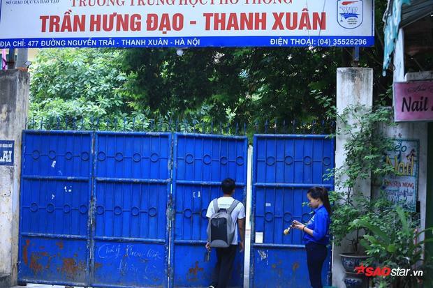 Thí sinh ở điểm trường THPT Trần Hưng Đạo bước vào phòng thi.