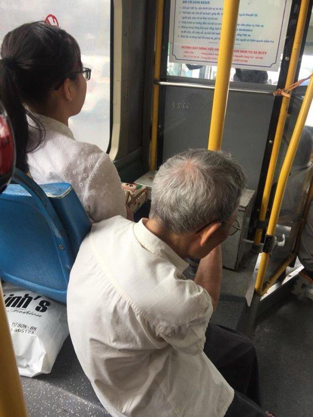Thái độ thờ ơ của cô gái trẻ nhất quyết không chịu nhường ghế cho người già