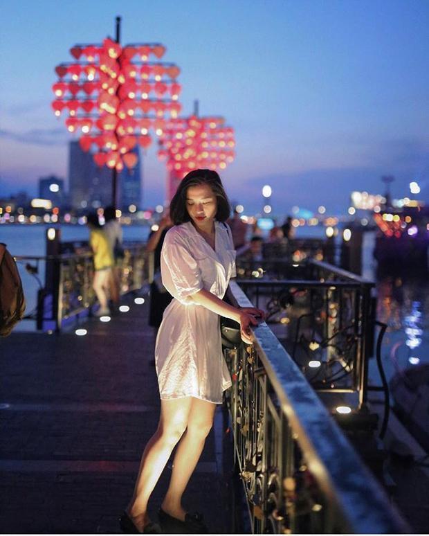Buổi tối, hàng trăm chiếc đèn lồng đỏ có hình trái tim được thắp sáng trông vô cùng bắt mắt. @vom_hahaha