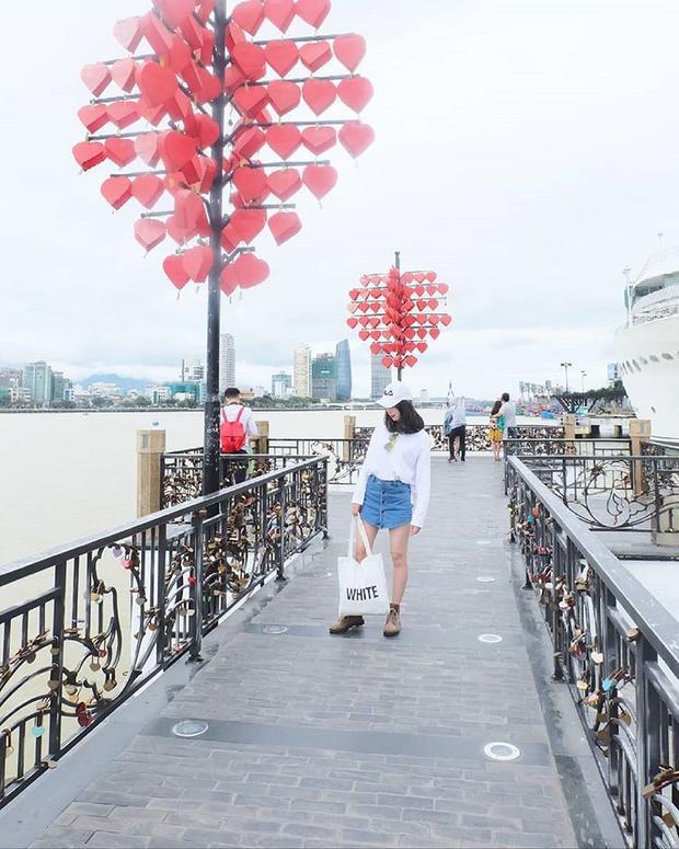 Nằm ở bờ Đông sông Hàn, cầu tình yêu là điểm đến được nhiều cặp đôi yêu nhau lựa chọn làm nơi hẹn hò. @_huaquynhnhu_