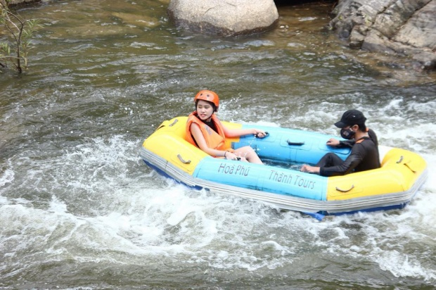 """Điểm hấp dẫn chính là trò chơi trượt thác nước dài tầm 3 km. Những đoạn thác gập ghềnh cũng như những hồ nước rộng để mọi người """"nghỉ giải lao giữa hiệp"""" khiến du khách có những trải nhiệm vô cùng lý thú. @ngoocaanh"""