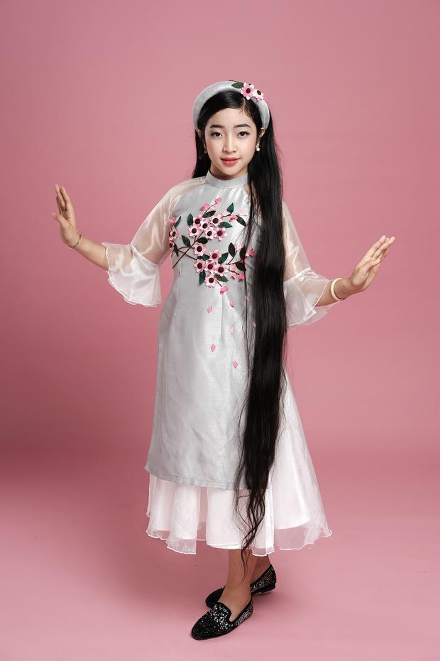 Hồng Minh cho biết, mái tóc là một trong những đặc điểm nổi bật của cô bé và chưa từng cắt qua lần nào.