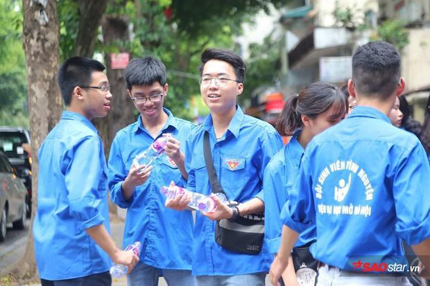 Đội sinh viên tình nguyện luôn túc trực, sẵn sàng hỗ trợ thí sinh và phụ huynh
