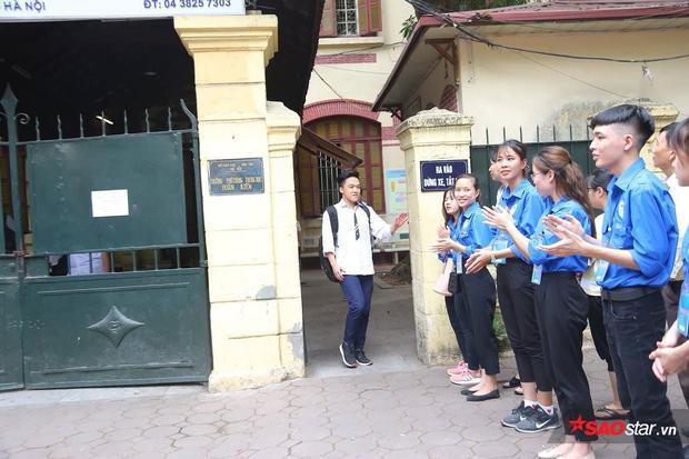 Các bạn sinh viên tình nguyện chào đón các thí sinh tại cổng trường.