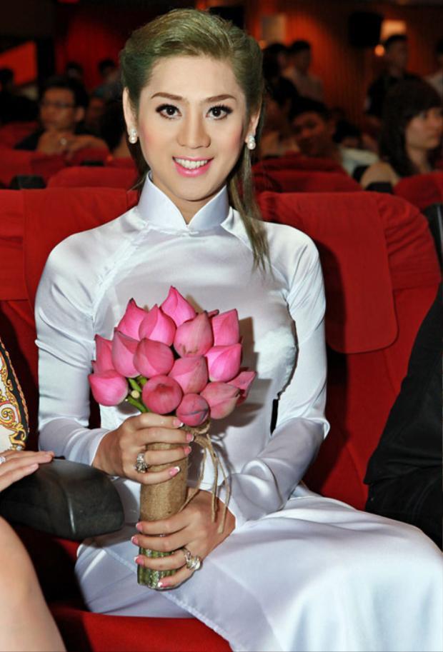 Những màn xuất hiện chơi trội của sao Việt trên thảm đỏ khiến khán giả bất ngờ