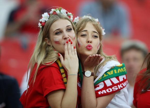 Hai nữ cổ động viên Ba Lan có mặt trên sân Sparktak để cổ vũ cho đội bóng của họ trong trận đấu với Senegal. Ảnh: Reuters