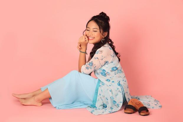 Việc nổi tiếng quá sớm khiến Phương Mỹ Chi không tránh khỏi những ồn ào. Song dưới sự hỗ trợ của ba nuôi Quang Lê, cô bé vẫn đảm bảo giữa việc hoạt động nghệ thuật nhưng không hề xao lãng việc học.