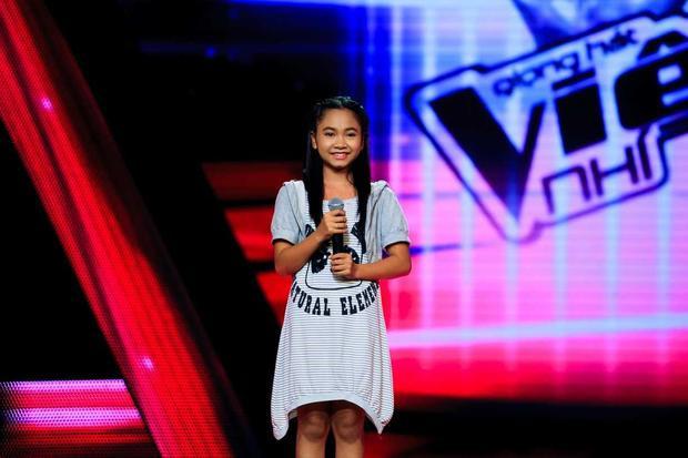 """Thiên Nhâm - (Á quân The Voice Kids 2014):Thiên Nhâm đem đến cuộc thi Giọng hát Việt nhí 2014 một ca khúc dân ca với giọng hát da diết và sâu sắc khiến các vị huấn luyện viên đều phải hâm mộ. Dù ngoại hình nhỏ nhắn dễ thương nhưng nội lực từ giọng hát của Thiên Nhâm là """"cục nam châm"""" thu hút chú ý và sự yêu thích của khán giả."""