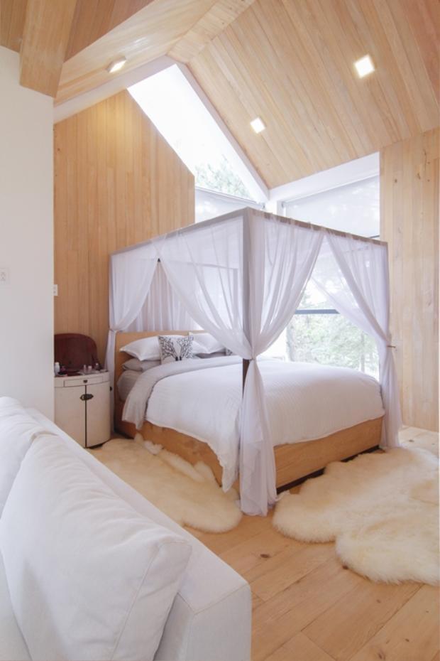 Căn phòng ngủ với tone màu trắng đẹp lãng mạn của hai vợ chồng.