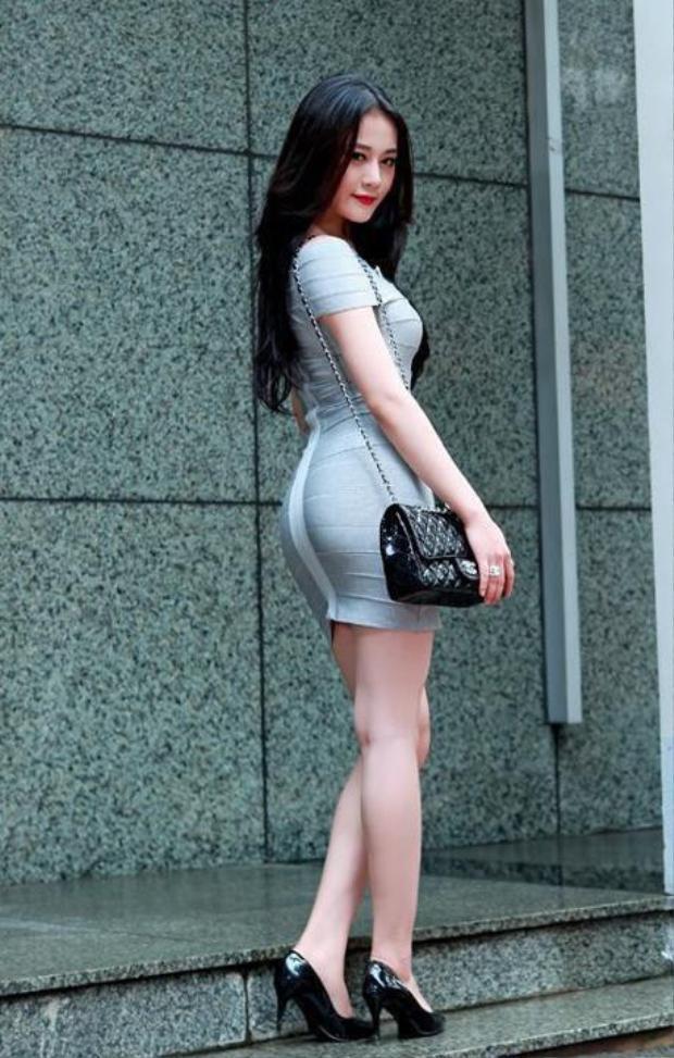 Thân hình cao ráo, số đo 3 vòng lý tưởng đáng ngưỡng mộ với trang phục bó sát.