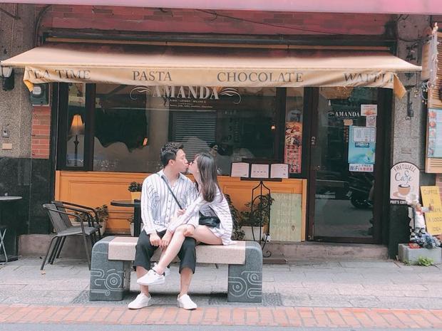 Trấn Thành hôn Hari Won tình tứ tại Đài Loan, năm nay giọng hát Có chăng chỉ là giấc mơ cònđưa cả mẹ và hai em theo để cùng đón tuổi mới.