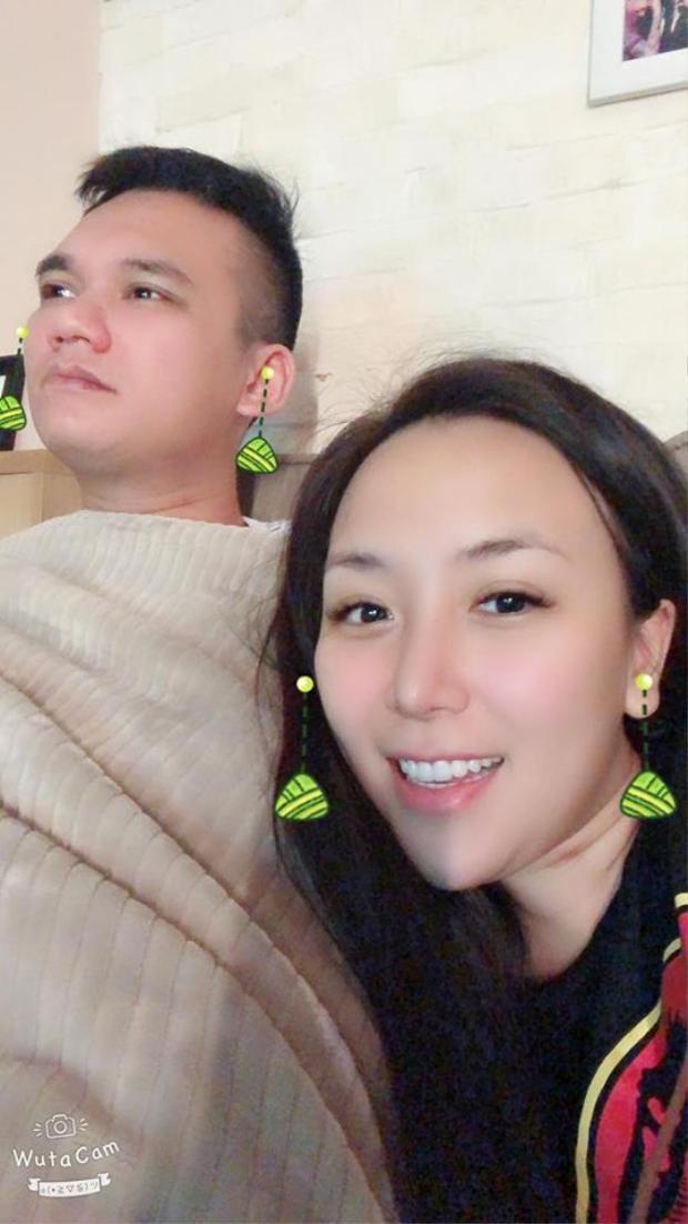 """Vợ chồng Khắc Việt cùng nhau thức xem bóng đá, Thanh Thảo còn hài hước tự xưng là """"hai chị em""""."""