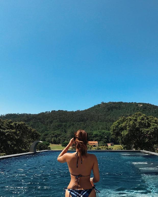 Khoe dáng giữa hồ bơi ngoài trời tại Penha Longa Resort (TP Sintra, Bồ Đào Nha.)