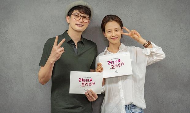 Park Shi Hoo sẽ đóng vai diễn viên hạng A thành công mà may mắn dường như không bao giờ hết, trong khiSong Ji Hyosẽ đóng vai một nhà văn kịch không bao giờ may mắn.Đến một ngày, không hiểu sao những câu chuyện bí ẩn do cô viết lại xảy ra ngay trong cuộc sống thực.