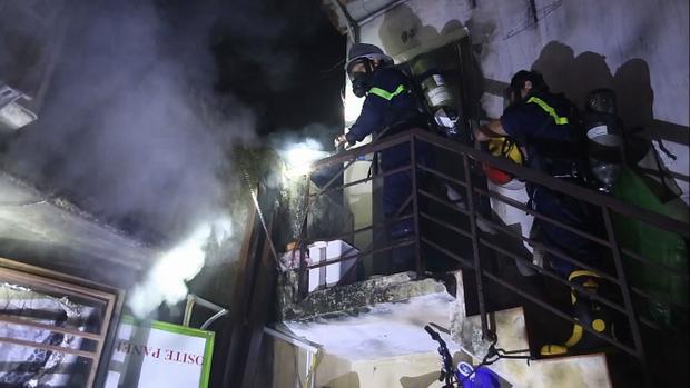 Lực lượng PCCC tiếp cận ngôi nhà bị cháy để dập lửa. Ảnh: CTV