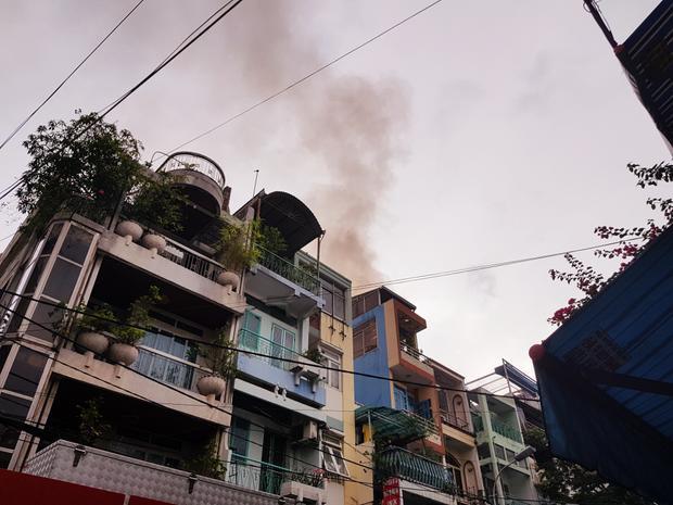 Ngọn lửa bốc lên từ tầng thượng của căn nhà 4 tầng.