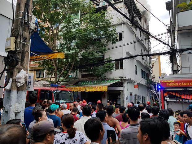 Người dân xung quanh hoảng loạn sau khi phát hiện đám cháy.