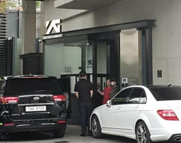 Hình ảnh CL vào chiều nay tại YG (khẩu trang trắng).