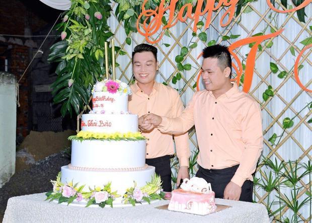 Hạnh phúc gần 10 năm của cặp đôi đồng tính bán chè bưởi ở Cao Lãnh