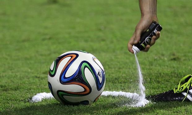 World Cup 2014 tại Brazil là lần đầu tiên bình xịt bọt tự tan được giới thiệu.