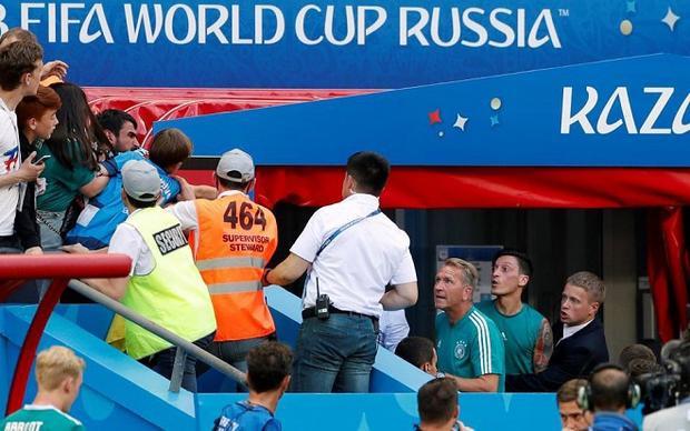 Ozil bị hành hung sau trận đấu với Hàn Quốc. Ảnh: The Sun.