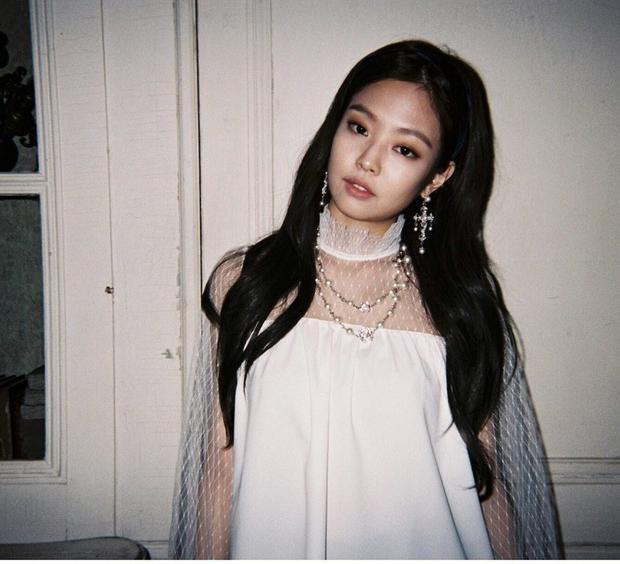 Với trang phục đời thường Jennie cũng thường mặc những trang phục bình dân phổ biến, vậy nhưng trông cô nàng vẫn sang chảnh ngời ngời.