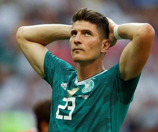 Một bức ảnh khác cho thấy sự bất lực của Mario Gomez trước kết quả của trận bóng vừa qua.