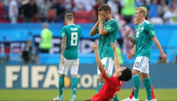 Trong khi các cầu thủ Hàn Quốc đang vỡ òa trong niềm hạnh phúc…