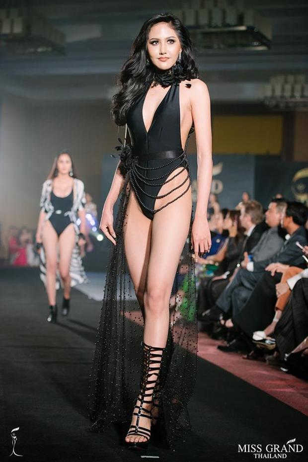 Trong trang phục bikini các thí sinh tự tin phô diễn hình thể chuẩn mực cùng lối trình diễn sôi động.