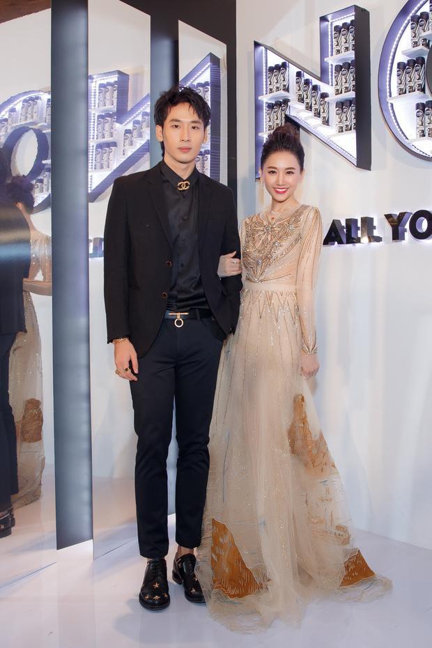 Không đi cùng danh hài nổi tiếng, tháp tùng Hari Won đi dự sự kiện là nam diễn viên Tuấn Trần - người tình màn ảnh của cô.