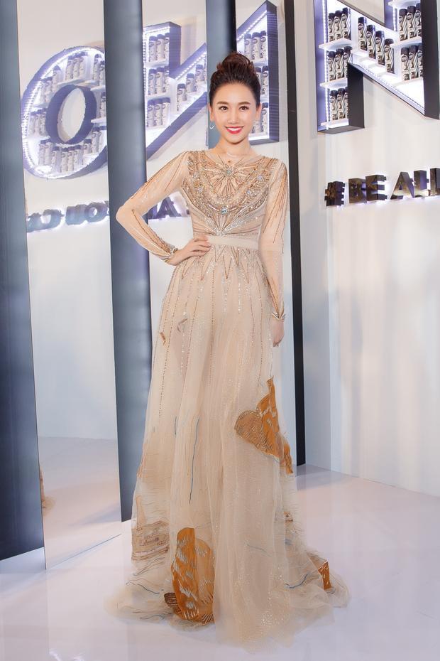 Cô diện một thiết kế tông màu nude với cảm hứng bay bổng đến từ nhà thiết kế Lê Thanh Hòa.