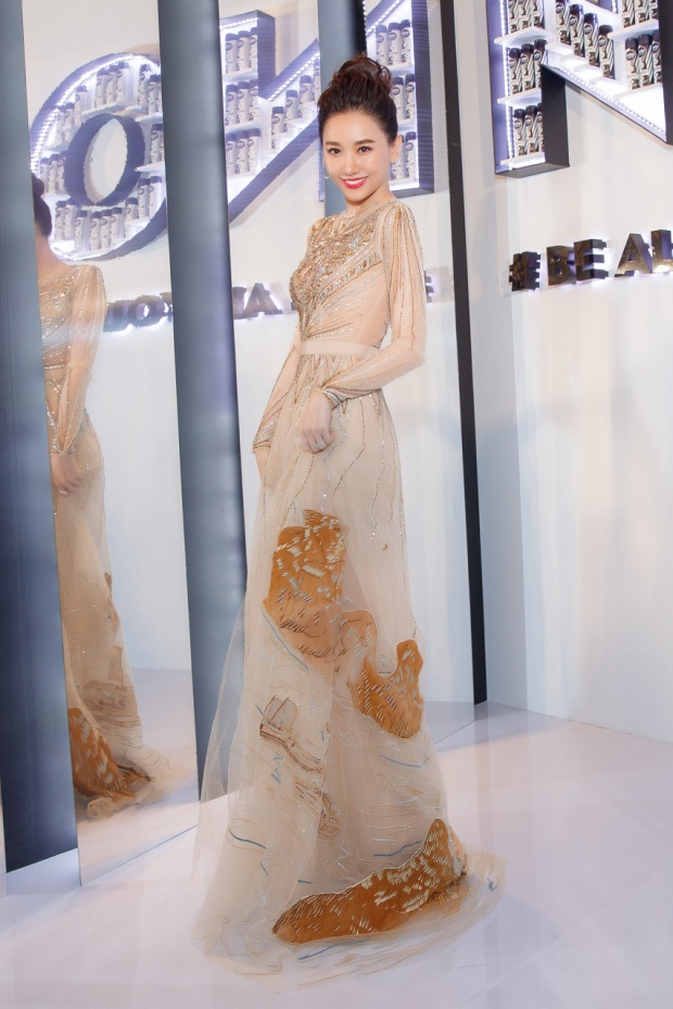 Tại một sự kiện tôn vinh những nhân vật ảnh hưởng của giới thời trang Việt Nam diễn ra vào tối 27/6 vừa qua, Hari Won đã góp mặt trên thảm đỏ với vai trò khách mời danh dự.