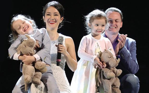 Gia đình diva Hồng Nhung chụp chung ảnh trên sâu khấu biểu diễn của cô.