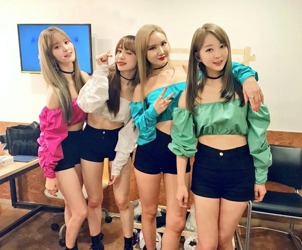 Trong showcase, EXID đã bất ngờ gọi điện thoại về cho Solji và 4 cô gái đã không thể kìm được nước mắt trong cuộc nói chuyện.