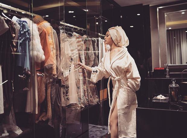 Khoe cuộc sống sang chảnh như một bà hoàng với tủ đồ hàng hiệu đắt giá.
