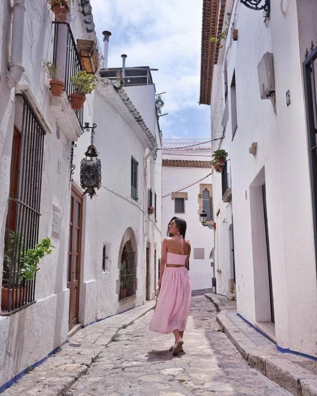 Từ khách sạn, du khách chỉ cần đi bộ khoảng 10 phút ra nhà ga, đi tàu 40 km sẽ tới Barcelona. Thị trấn ven biển Sitges cũng hấp dẫn du khách với những hẻm nhỏ với kiến trúc cổ kính, nhiều công trình lịch sử…